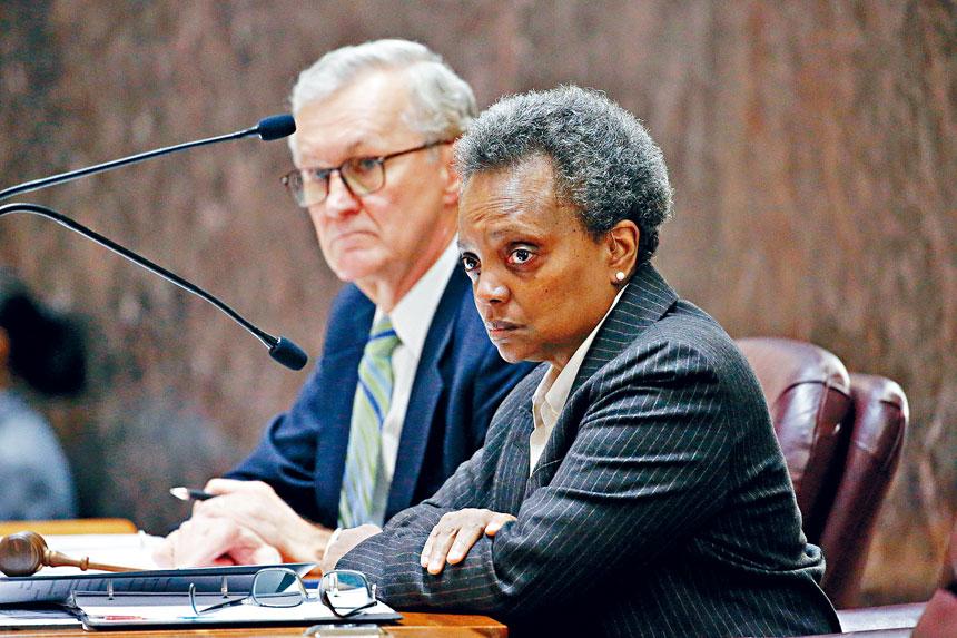 芝加哥市長羅麗萊德福特(右)2020的預算方案,在沒有提升地產稅的情況下,獲得市議員投票通過。芝加哥市長辦公室