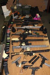 警方在卡馬裡奧一名男子家中搜出大量武器。文杜拉縣警局