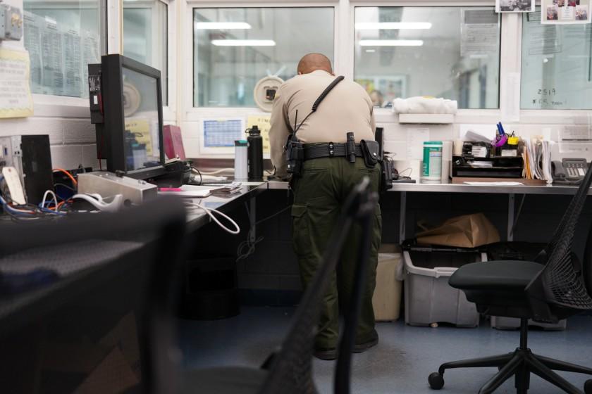 聖地牙哥中央監獄爆今年第16死,囚犯心理健康管理議題備受關注。洛杉磯時報