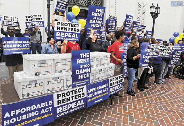 「愛滋病健康基金會」組織代表在墨西哥樂隊伴奏下,在洛杉磯市中心廣場集會,宣布提交近100萬個支持簽名,將「可負擔房租法」納入明年選票。美聯社