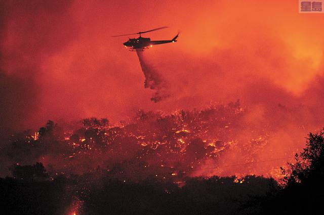 州府頒令,幫助受到今年10月山火影響的災民購買保險。美聯社資料圖片