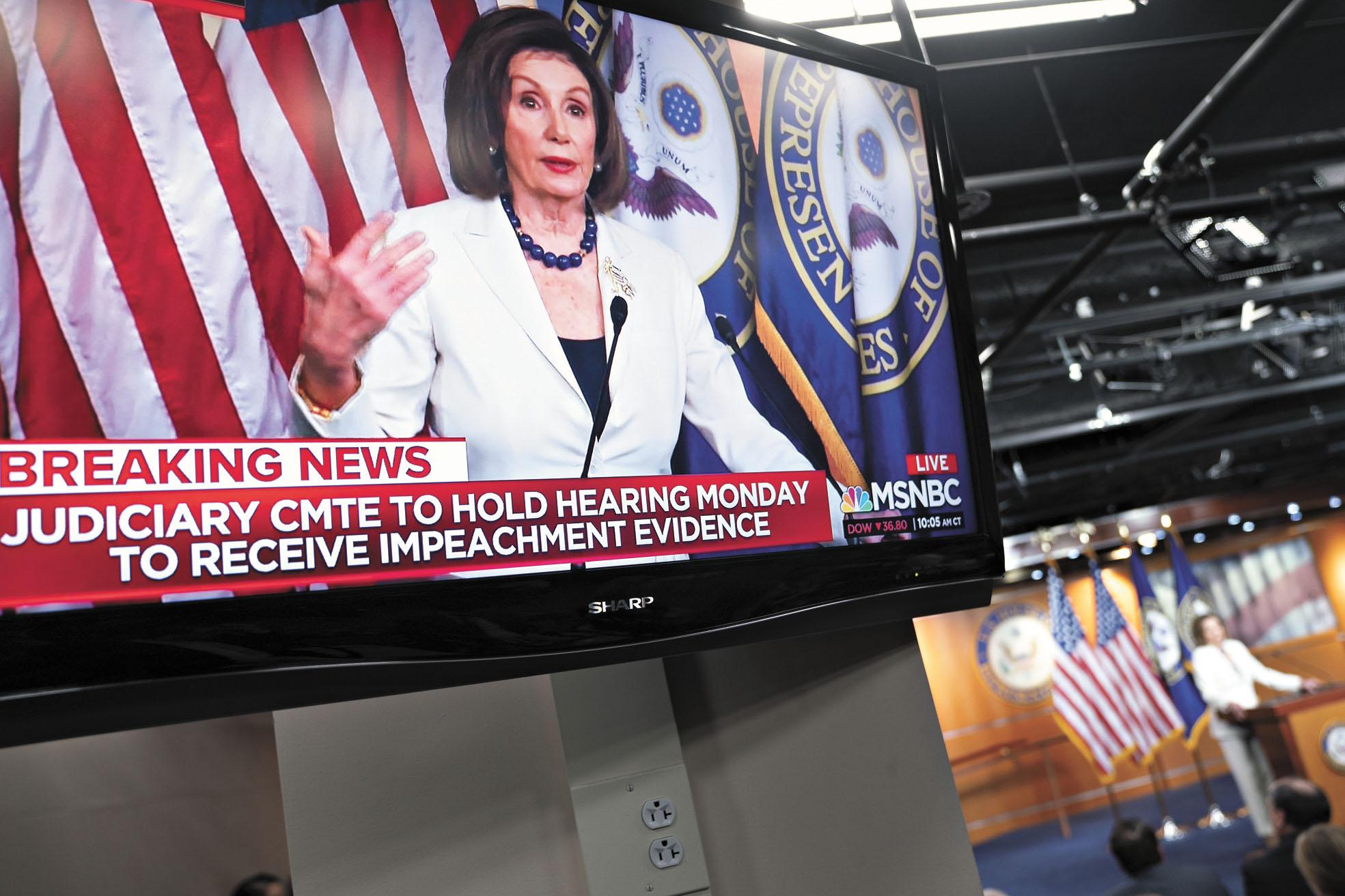 電視畫面顯示,普洛西5日在華盛頓國會召開的新聞發布會上發言,要求眾議院司法委員會起草彈劾特朗普的起訴書。彭博社