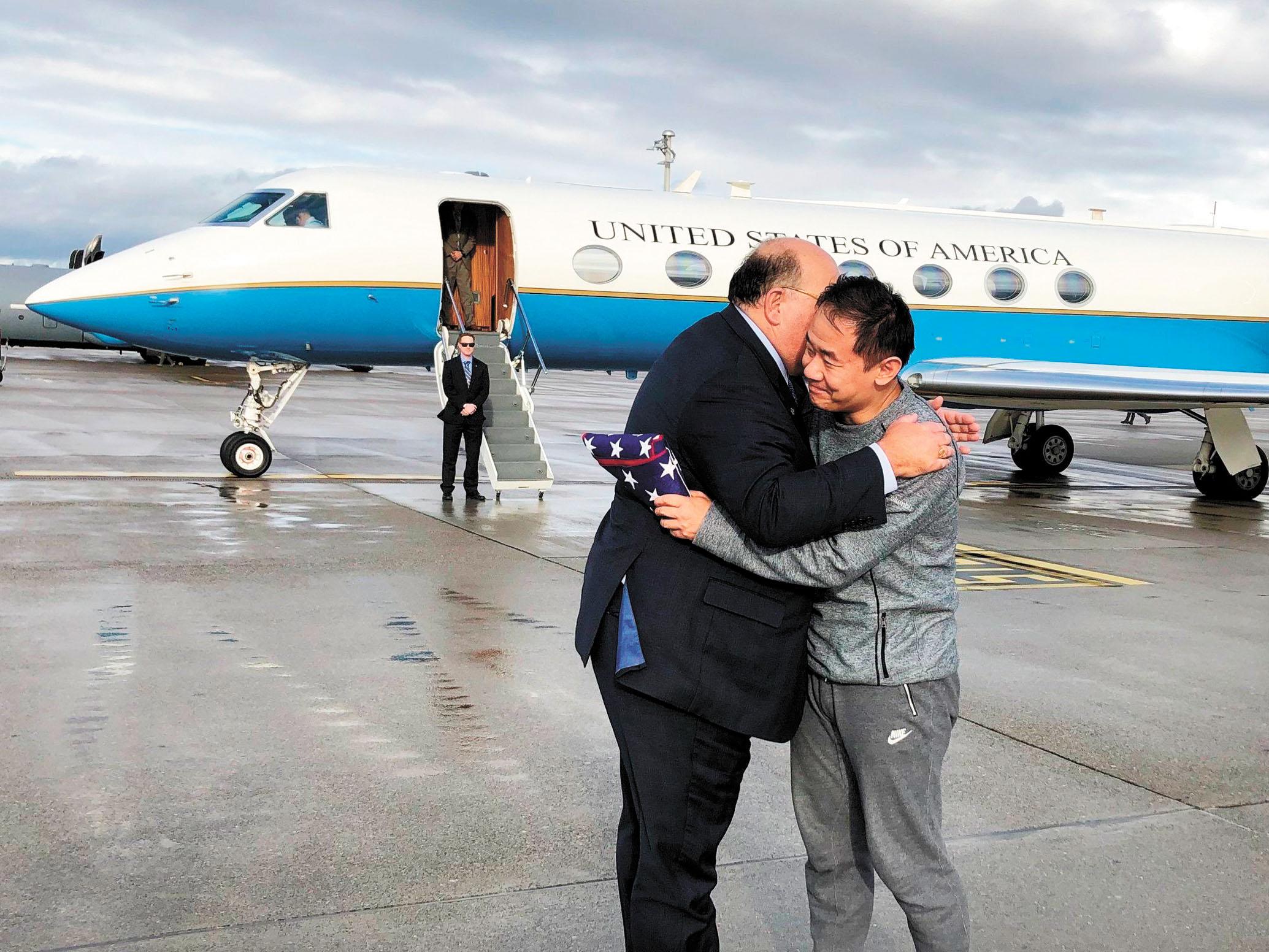 美國駐瑞士大使麥克馬倫(左)7日在蘇黎世機場迎接被伊朗釋放的王夕越(右)。美聯社