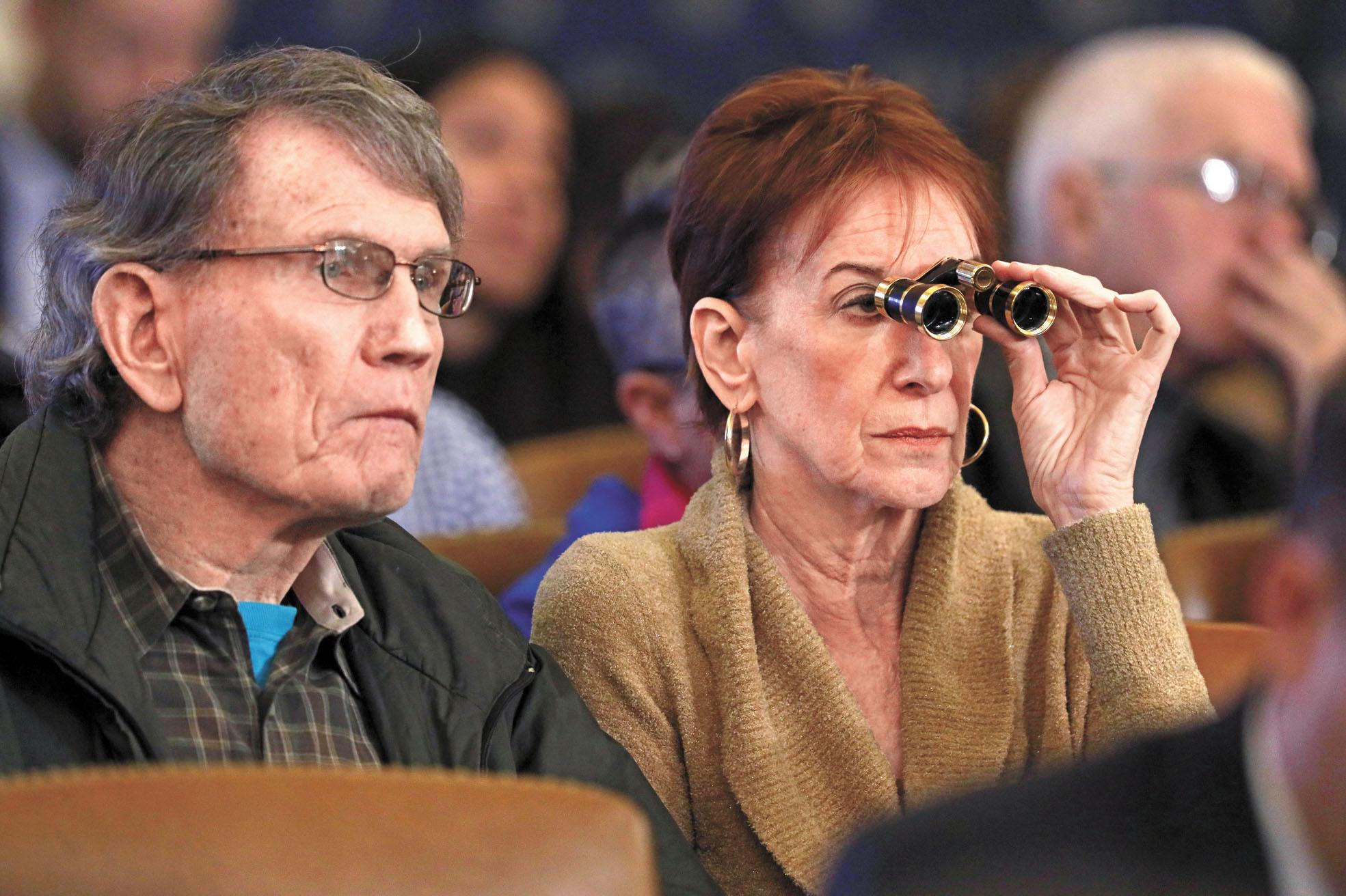 司法委員會4日舉行的聽證會上,有觀眾戴望遠鏡。法新社