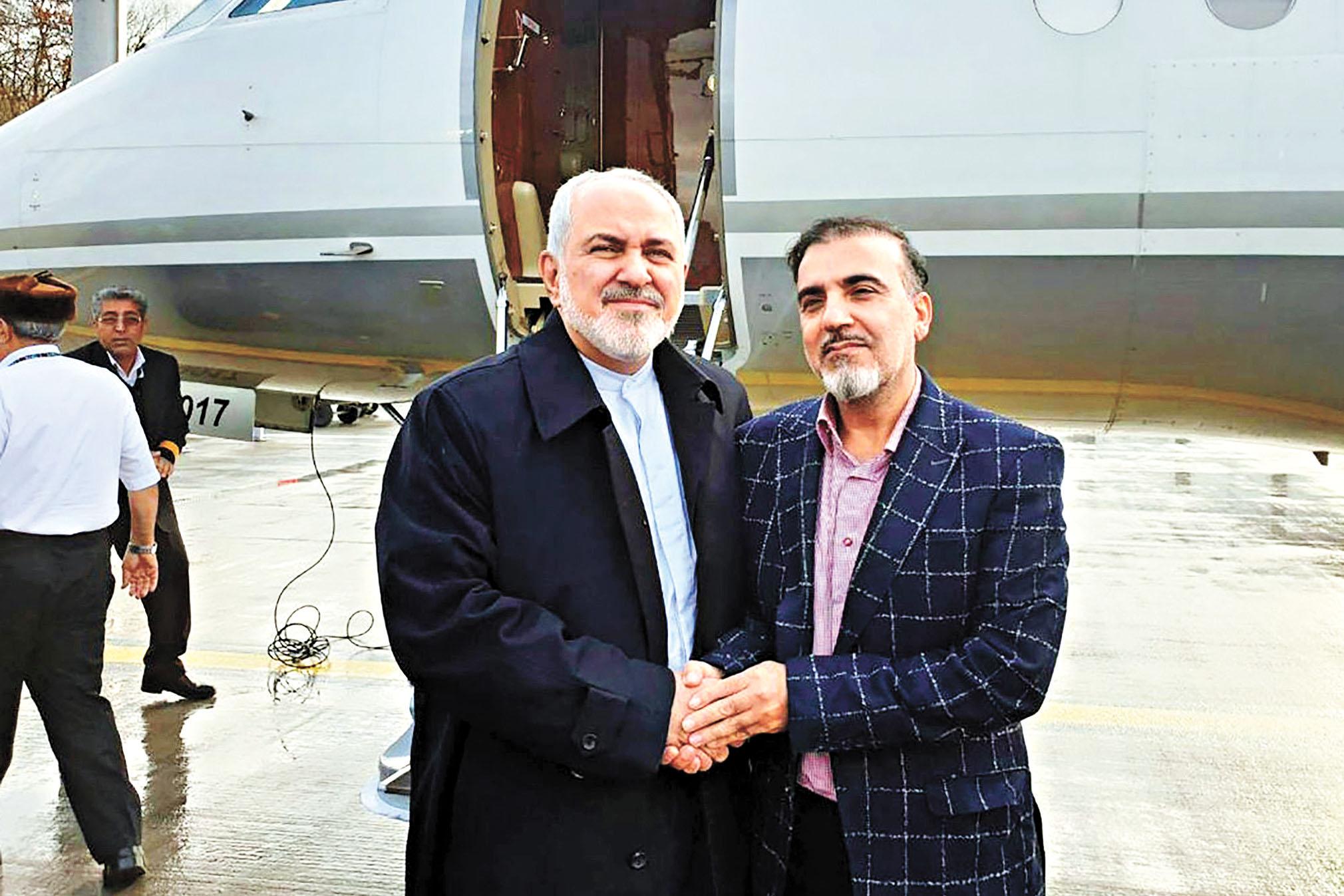 伊朗外長扎里夫(左)在推特上發布了自己與蘇萊曼尼的合照。法新社