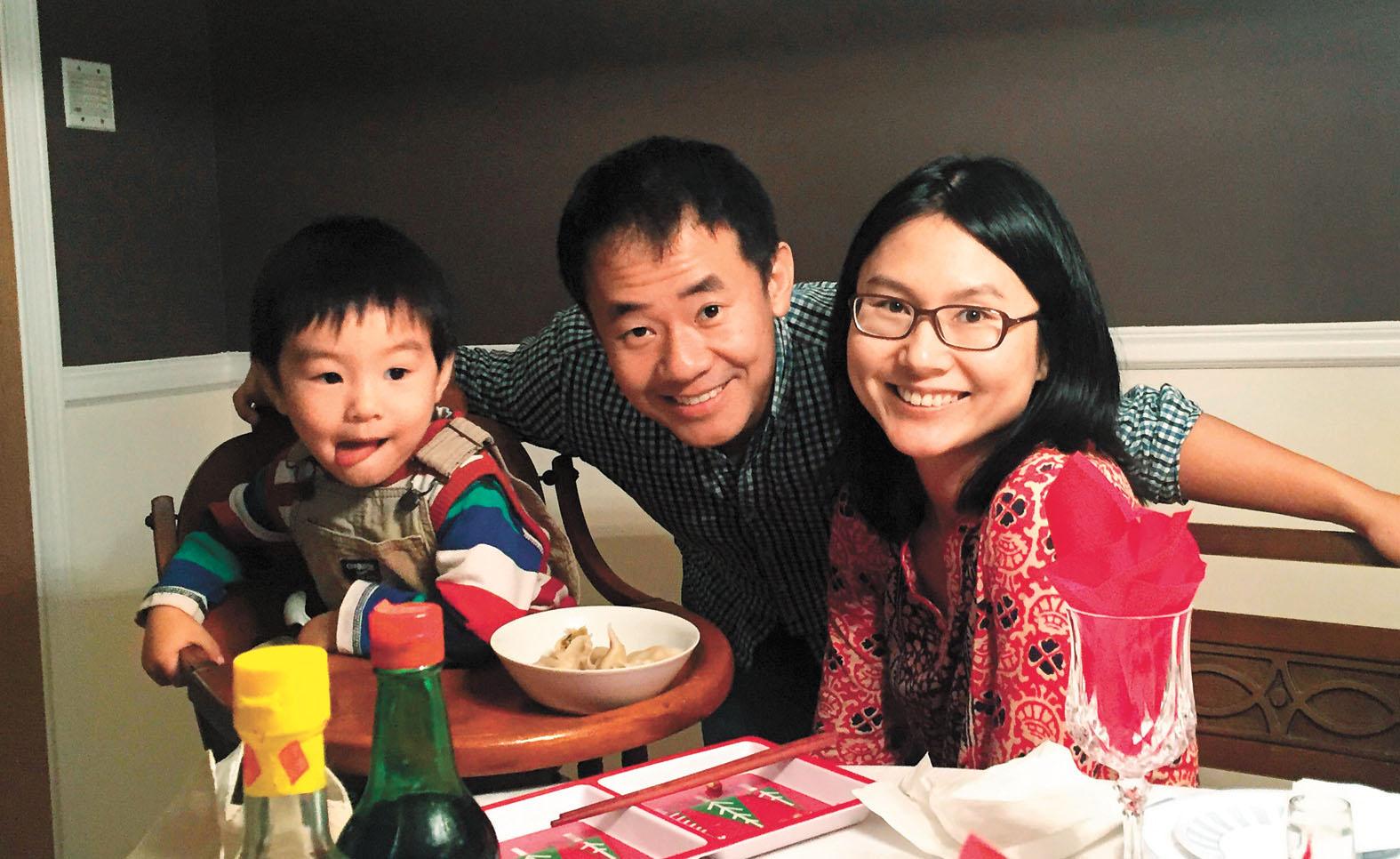 王夕越與妻兒昔日歡樂的合影。法新社