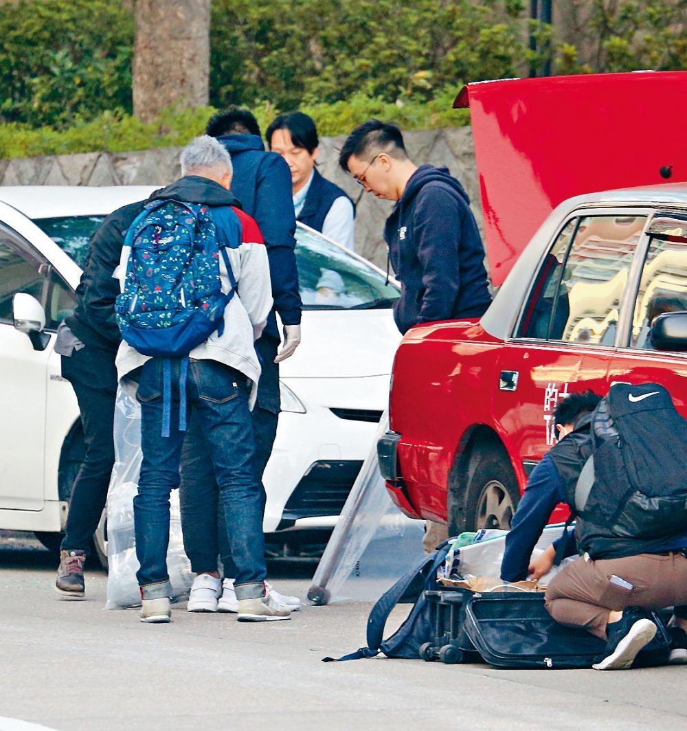 警方在的士及白色私家車上搜出大鐵錘等證物。