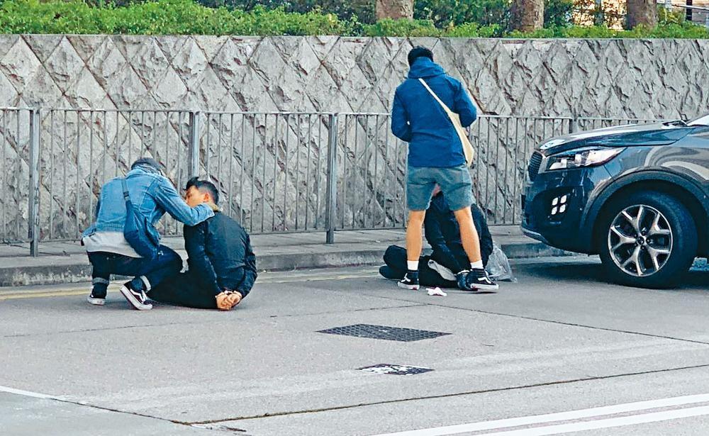 其中兩名疑匪被探員制服拘捕。