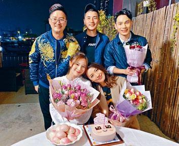 朱朱(前左)牛一喜獲老友陳煒(前右)、洪永城(後中)、王梓軒(後右)及何國鉦送花、蛋糕及壽包慶祝。