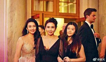 邱淑貞陪愛女沈月(左)、沈日(右)齊出席巴黎名媛舞會。