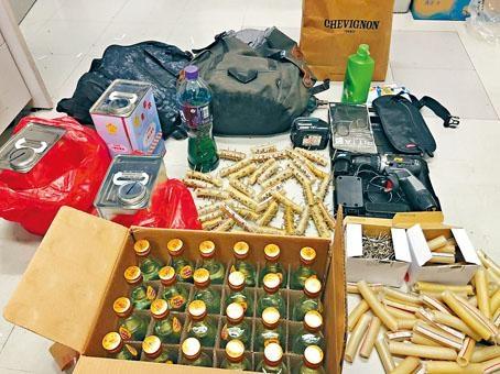 警方檢獲三罐白電油、二十四個空酒樽及一批鑲釘膠管。