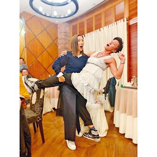 以腋毛「襯」吊帶裙的陳山聰,跟李施嬅共舞。