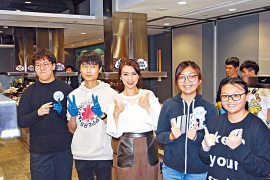 孫慧雪出席烹飪比賽,與參賽者開心合照。