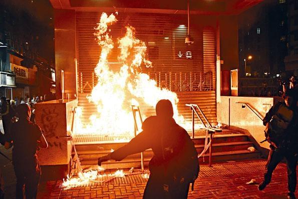 黑衣人昨再度四出破壞,在黃埔港鐵站外縱火。