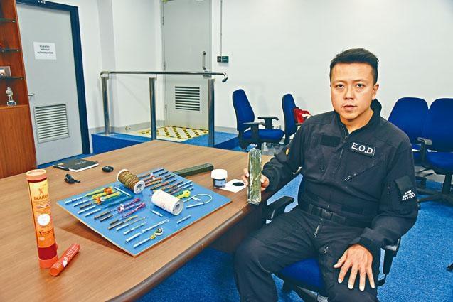 爆炸品處理課炸彈處理主任李展超表示,TATP威力僅次於手中的C4軍用炸彈。