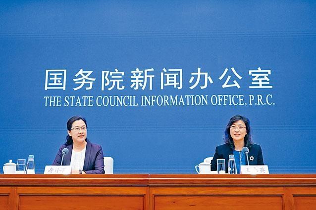 王春英(右),認為,中國經濟保持總體平穩、穩中有進的發展態勢,主要指標運行在合理區間。