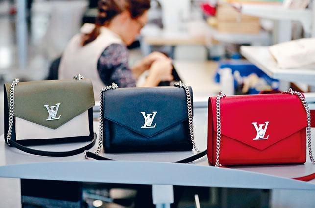 法國西部城市昂熱附近一家高檔手袋廠內,可見LV品牌手袋。