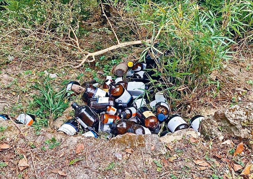 大批相信從大學實驗室偷來的化學品棄置在城門水塘山坡。