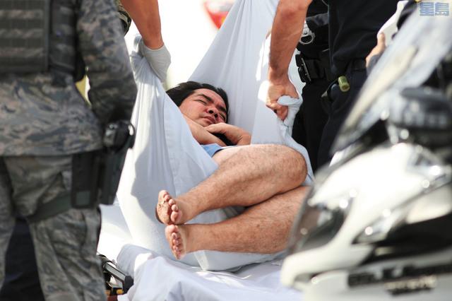 珍珠港軍事基地發生槍案,一名傷者被搬離現場。美聯社