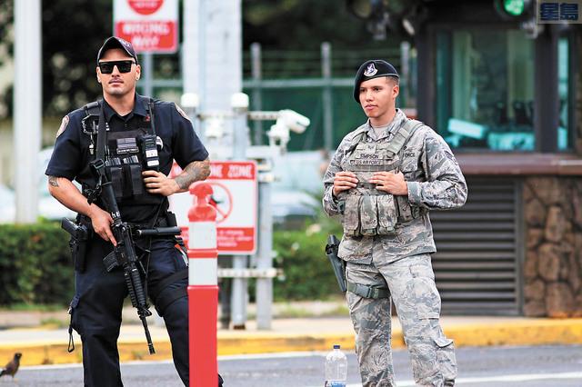 槍案發生後,軍警在基地外戒備。 美聯社