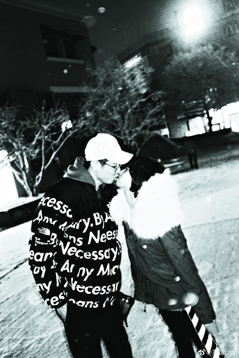 買超在雪地中與老婆張嘉 倪親吻。 網上圖片