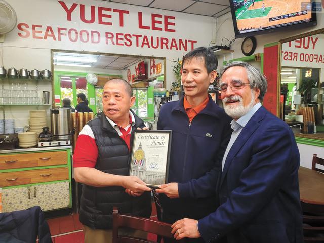 三藩市市參事佩斯金(右)為華埠悅利老闆余泳深(左)的退休頒發嘉獎狀,新老闆是17年的老夥計甄沃傑(中)。記者徐明月攝