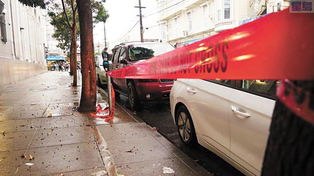 據現場附近華裔Addy稱,紅色警戒線所在位置,就是嫌疑人中槍受傷倒地的位置。記者黃偉江攝