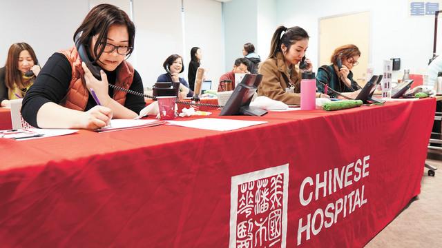 東華醫院的工作人員正忙碌接捐款電話。       記者黃偉江攝