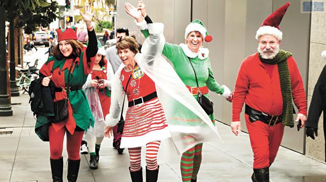 興奮的「聖誕老人」沿途向路人揮手致意。記者黃偉江攝