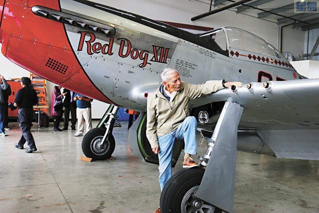 99歲的二戰「飛虎隊」飛行員莫耶與P-51D戰機Red Dog XII合影。記者彭詩喬攝