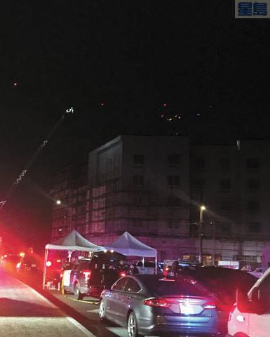 五點半天色已黑,不易看清樓頂情況,消防車為現場提供照明。菲蒙警察局