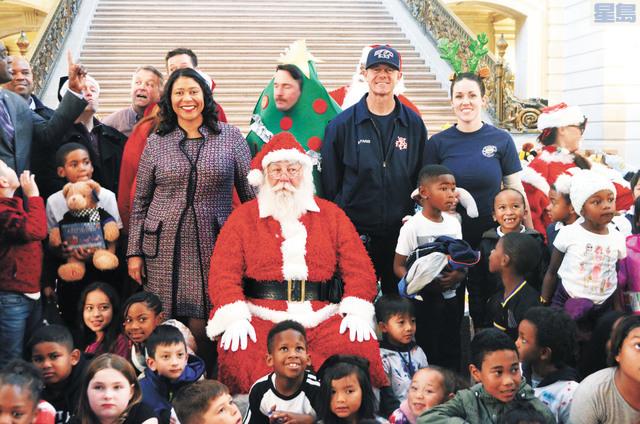 市長布里德陪伴小朋友在市政廳共度愉快的時光。記者劉玉姝攝