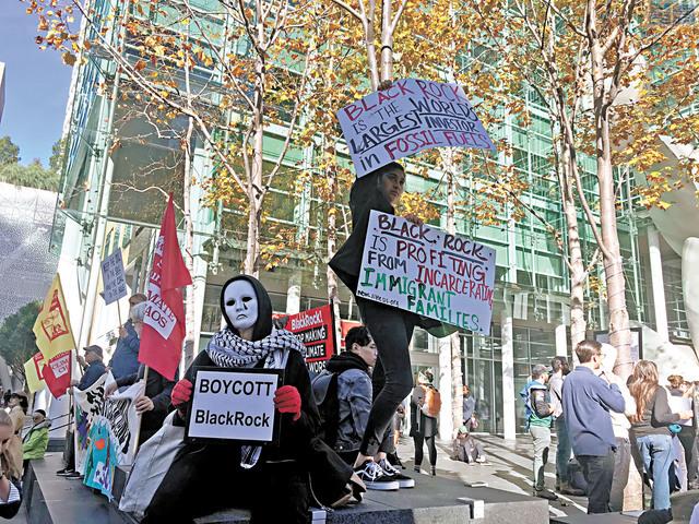 抗議者手舉標語牌呼籲抵制貝萊德。記者劉玉姝攝