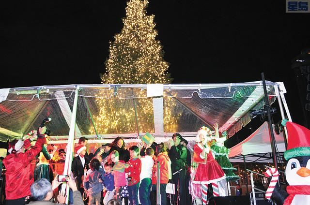 市長布里德與現場小朋友共同按下按鈕,點亮聖誕樹燈。記者劉玉姝攝