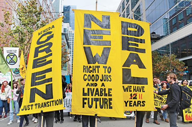 示威者手舉「綠色新政」橫幅。記者劉玉姝攝