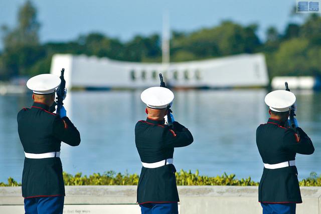 ■夏威夷舉行紀念活動,紀念珍珠港事件78周年,圖為海軍陸戰隊在亞利桑那號戰艦紀念館前鳴槍致敬。    美聯社