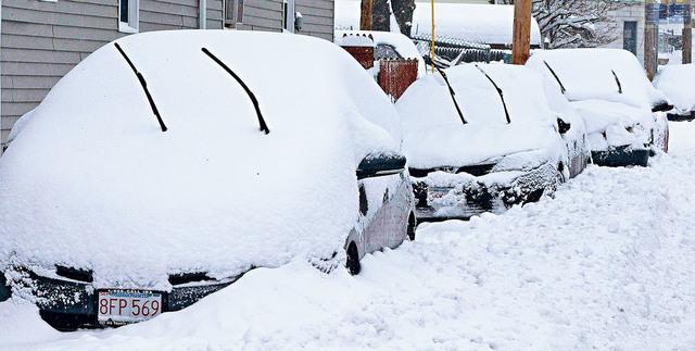 冬季風暴吹襲麻省洛厄爾,停泊在馬路邊的汽車幾乎全被冰雪覆蓋。EPA圖片
