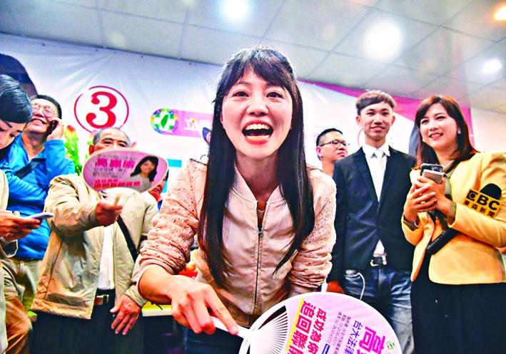 有「港湖女神」之稱民進黨台北市立委候選人高嘉瑜(中),成功由市議會躋身立法院。 中央社