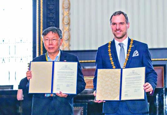 台北市長柯文哲(左)與布拉格市長賀瑞普(右)簽署姊妹市協定。