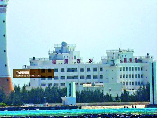 越南記者拍攝到赤瓜礁上有大型建築和標語。