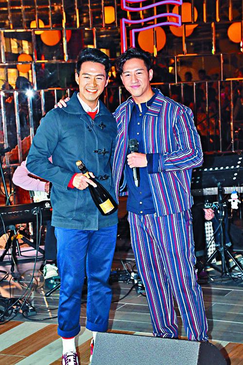 馮允謙開新碟發布會,哥哥馮重謙(左)送上香檳祝賀。