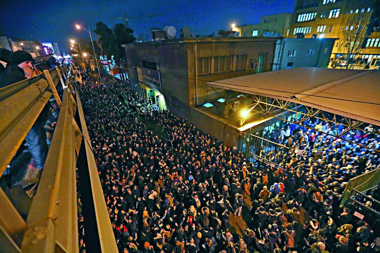 ■伊朗學生上周六在首都德黑蘭舉行的烏航罹難者追思活動,演變成憤怒 示威。 法新社