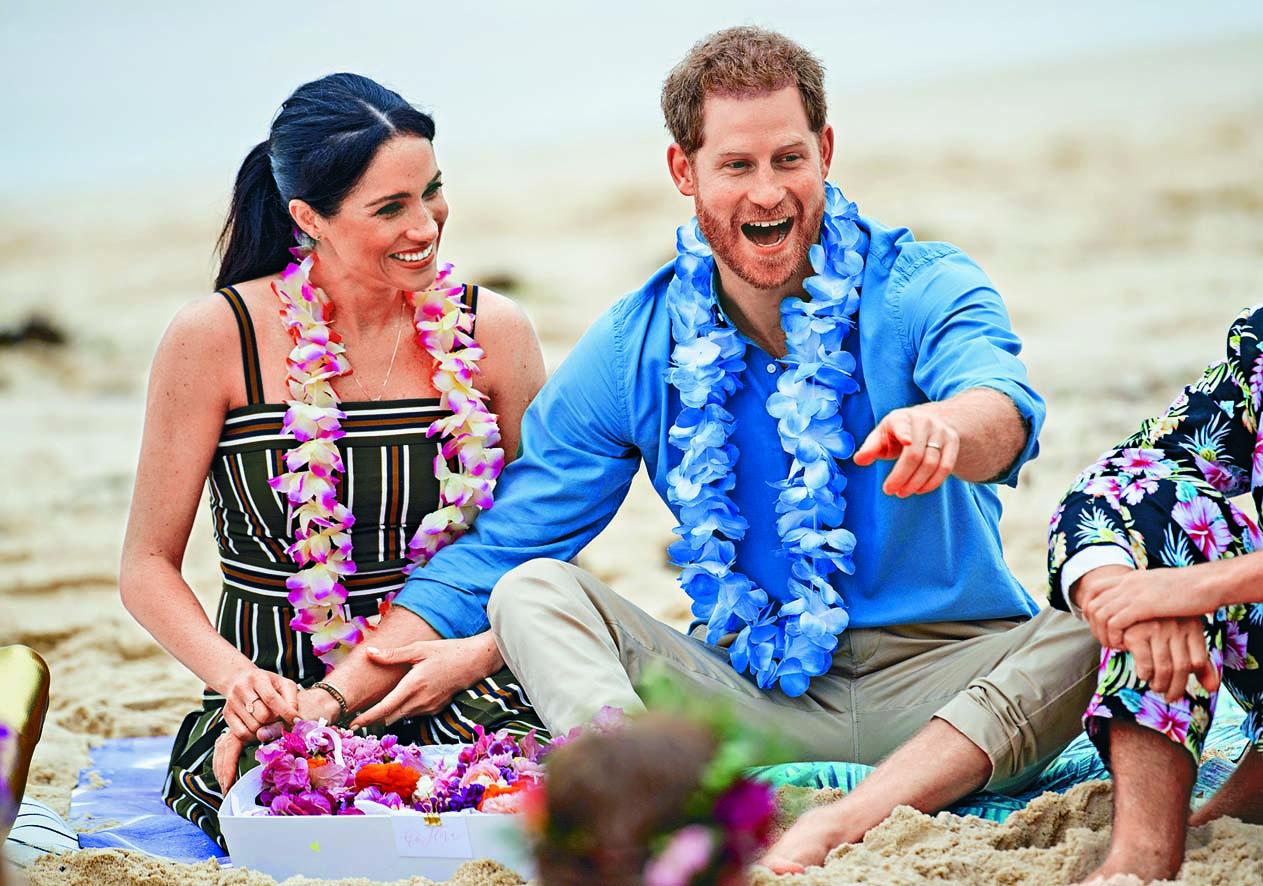 ■哈里王子與夫人梅根 二○一八年在雪梨邦迪 海灘,參加促進精神健 康的活動。  資料圖片