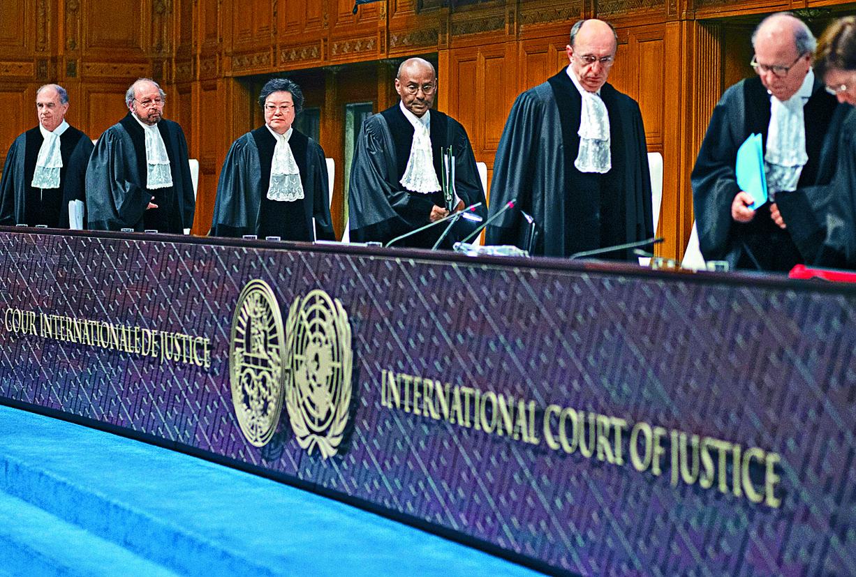 國際法院首席法官優素福(中)周四率領眾法官開庭。 美聯社