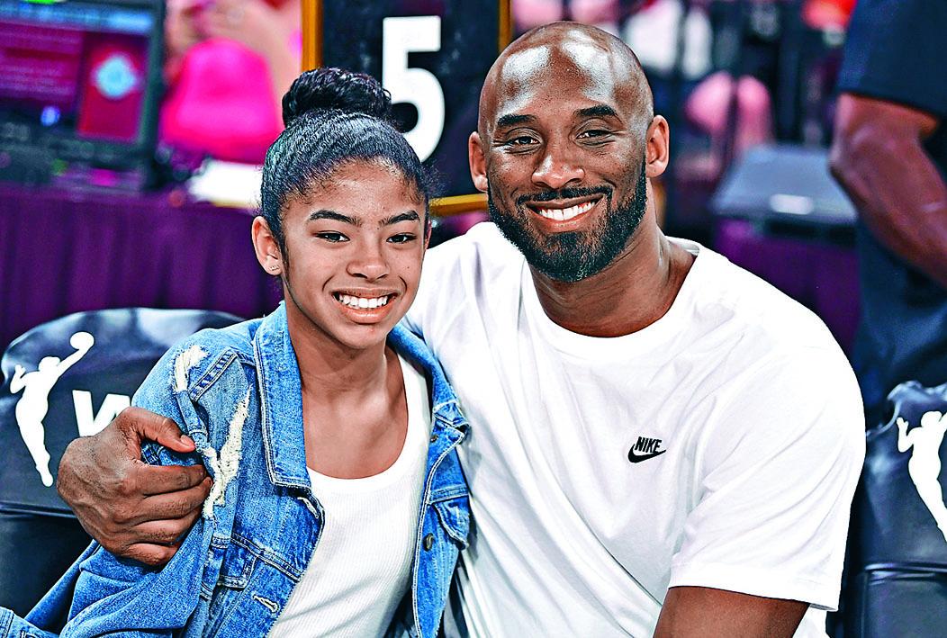 高比拜仁和女兒吉安娜去年七月一起看女籃球賽。路透社