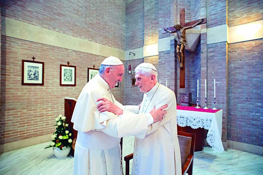 ■教宗方濟各(左)二○一七年與本篤十六世在梵 蒂岡會面。 資料圖片