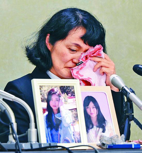 日本一名二十四歲女子因過勞在二○一五年自殺,其母在記者會上落淚。  資料圖片