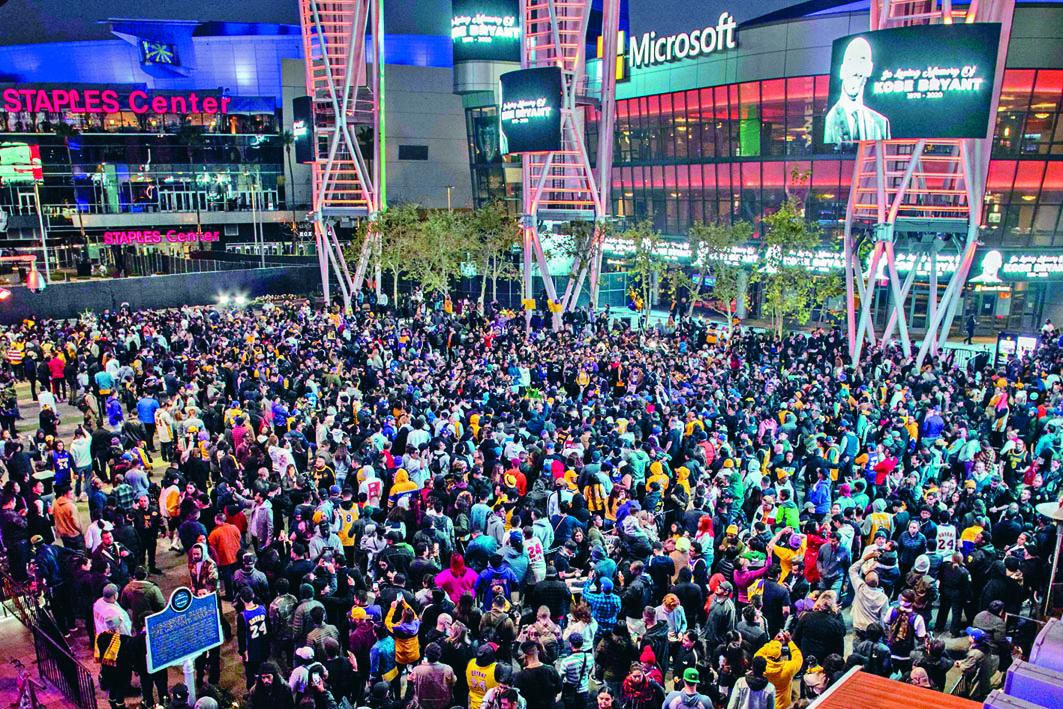 大批民眾周日在洛杉磯湖人隊主場Staples Center外,悼念一代球星高比拜仁。 法新社