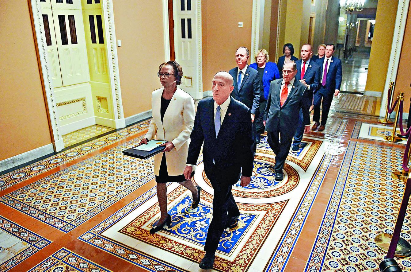 眾議院女文書約翰遜(左)率領七名議員,將彈劾文件送往參議院。法新社