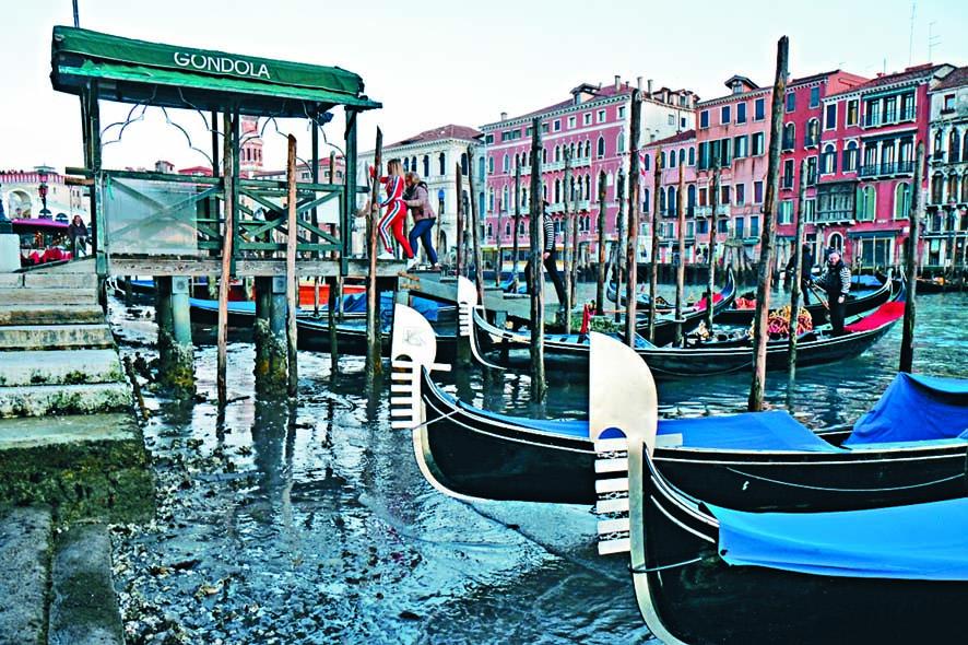 威尼斯運河上周六的乾涸情況。